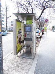 IMG_0200[1] (Lackdosetoleranz) Tags: wien vienna lackdosetoleranz 1190 citylife urban telefonzelle phonebooth sessel chair