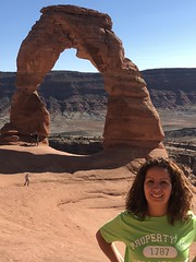 My girlfriend and Delicate Arch in Arches National Park, Utah (Hazboy) Tags: hazboy hazboy1 arches arch delicate national park parc utah us usa america october 2017