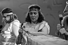 Tailler des pierres pour les pyramides (mifranc91) Tags: blackandwhite bw concert coulisses d700 lumières monochrome nikon noiretblanc scène spectacle troupe zicos