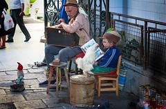 Artistas callejeros (Oporto) (copelius38) Tags: artistas callejeros gallo mercado gente mdelos niño velas calle musicalbox cajademusica oporto portugal music musica boy candle people artist rooster