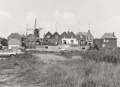 Achterzijde van huizen Korenbrugstraat vanaf Kortendijk (8 juli 1979) (Barry van Baalen) Tags: gorinchem gorcum gorkum foto photo monochrome 1979 korenbrugstraat kortendijk