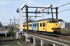2017-03-26_3907 NSM 876 Mat '64 Plan V Afscheid Hoekse Llijn (II) Vlaardingen Centrum (Peter Boot) Tags: nsm 876 mat64 planv afscheidhoekselijn vlaardingen centrum nsm876 ns876 personenvervoer personentrein trein treinstel nederland talbot spoorwegmuseum museummatrieel hoekselijn