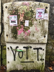 Ami and Barnslig (svennevenn) Tags: gatekunst streetart bergen amihekling crocheting barnslig stickers