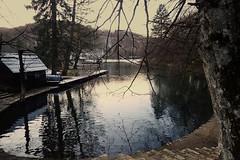 Au début de la promenade lacustre (8pl) Tags: aprèsmidi croatie promenade eau reflets froid neige cabane forêt marches escalier extérieur nature étenduedeau