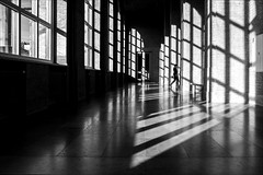 ////i|| (Heinrich Plum) Tags: heinrichplum plum fuji xe2 xf1855mm schwarzweiss blackandwhite blackwhite licht light schatten shadow streifen munich münchen bavaria bayern pinakothek woman frau candid monochrom monochrome streetphotography streetphotographie