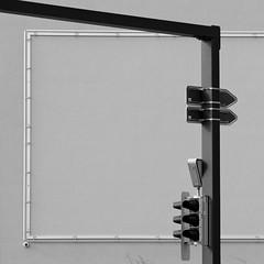Rahmen ohne Inhalt (zeh.hah.es.) Tags: bw sw fassade façade facade kreuzung crossing ampel trafficlight rahmen frame grau gray grey schwarz black zurich zürich schweiz switzerland pfingstweidstrasse aargauerstrasse