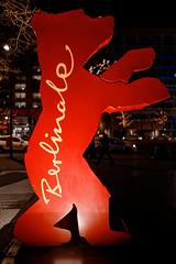 Berlinale-Bär 2018-02-17 (Pascal Volk) Tags: berlin mitte potsdamerplatz berlinmitte internationalefilmfestspieleberlin berlininternationalfilmfestival festivalinternacionaldecinedeberlín tiergarten bearsculpture bärenskulptur wideangle weitwinkel granangular superwideangle superweitwinkel ultrawideangle ultraweitwinkel ww wa sww swa uww uwa invierno winter nacht night noche skulptur sculpture escultura canoneos6d sigma24mmf14dghsm|art 24mmf14 24mmlens unpointquatre onepointfour 24mm manfrotto mt055xpro3 468mgrc2 dxophotolab