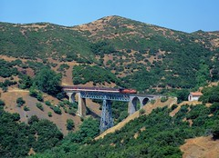 248 km bridge. Karya, Greece (rolfstumpf) Tags: greece karya ose organismossidirodromonellados hellas mlw mx627 a470 trains passengertrain waggonfabrikbautzen bridge mountains trees railway railroad fujichrome mamiya