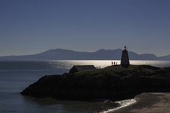 The lighthouse family (andyrousephotography) Tags: llanddwynisland anglesey northwales tŵrbach lighthouse people silhouette sea sparkling beach coast sunshine bright bluesky lifted oceandrive andyrouse canon eos 5d3 5dmkiii ef24105mmf4l