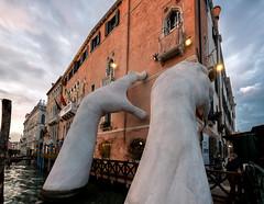 Venice Biennale 2017 (R.o.b.e.r.t.o.) Tags: venezia venice biennale italia italy artemoderna modernart mani hands lorenzoquinnscultore sculptor scultore artista artist scultura lagunaveneta canalgrande nikond850 nikkor1424mm casagredohotel