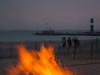 Lagerfeuer am Strand Warnemünde (Georg Brutalis) Tags: leuchtturm warnemünde feuer vorpommern strand mecklenburgvorpommern lagerfeuer mole rostock ostsee mecklenburg deutschland de