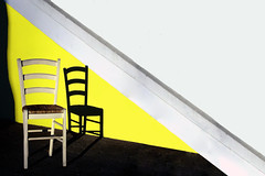 All'ombra del grande albero (meghimeg) Tags: 2017 chiavari sedia chair diagonale diagonal giallo yellow gelb bianco white