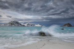 Haukland Beach (judith.kuhn) Tags: strand fels meer ozean nordmeer haukland reise norwegen lofoten vestvågøy natur landschaft wellen brandung sand berge schnee winter himmel wolken wasser fylkenordland gischt beach rock sea ocean arcticocean travel norway lofotenislands nature landscape waves surf mountain snow sky clouds water spray seascape waterscape