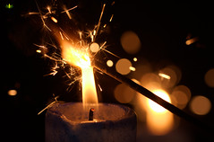 Eine Wunderkerze entfachen #MacroMondays #Flame (Argentarius85) Tags: nikond5300 sigma105mmf28exdgoshsm macromondays flame flamme feuer kerze wunderkerze sparkler light bokeh bokehballs candle spark