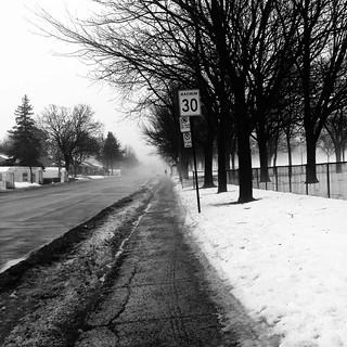 La brume déborde sur la rue...