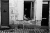 Ennui. (renphotographie) Tags: analog argentique renphotographie noiretblanc film35mm larochelle ennui gamin enfant streetphotography leicam7 kodaktrix