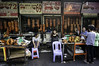 (kuuan) Tags: orusseymarket ផ្សារអូរឫស្សី voigtländerheliarf4515mm manualfocus mf voigtländer15mm aspherical f4515mm superwideheliar apsc nex5n phnompenh cambodia market pork grill spanferkel sucklingpig duck meat stall