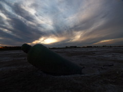 EL MENSAJE QUE NO LLEGO (kchocachorro) Tags: sun sunset bottle mensaje photoart creative shot clouds nubes atardecer paisaje desolation