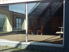 Sitzgruppe (mkorsakov) Tags: münster city innenstadt schaufenster shopwindow leerstand abandoned sitzgruppe schatten shadow