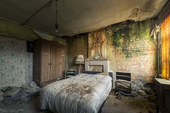Heartbreaks and promises (Dennis van Dijk) Tags: urbex urban exploration explorer explore abandoned forgotten place places decay derelict bed room house manoir maison huize vanneste belgium europe eu ue lost found beauty moody precious dust fungus green orange romance broken