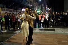 Tango Callejero (luisarmandooyarzun) Tags: city cityscape citycape ciudad urbana parejadebaile pareja panorama público lluvia turismo artistas música noche nocturna photography photographer fotografía arte calle bailes bailar bailando barrio tango