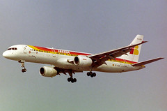 EC-GCB Boeing 757-236 Iberia (corkspotter / Paul Daly) Tags: ecgcb boeing 757236 b752 23227 57 l2j ibe ib iberia airlines 1985 19971001 2001 n227an lhr egll london heathrow negative scan
