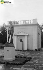tm_2271/Rottneros park, Värmland 1952. (Tidaholms Museum) Tags: svartvit positiv stadspark 1952 värmland staty semester