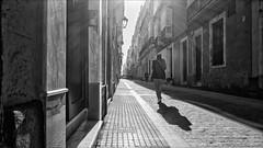  __\_  (Heinrich Plum) Tags: heinrichplum plum xe2 fuji xf1024mm blackandwhite blackwhite schwarzweiss streetphotography streetphotographie strassenfotografie gegenlicht backlight monochrom monochrome bw candid cadiz andalusien spain spanien