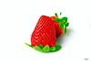 Heimarbeit (Rolf Piepenbring) Tags: huiswerk heimarbeit homework makro macro erdbeere strawberry