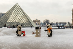 Pandas in the snow (Ballou34) Tags: 2018 7dmark2 7dmarkii 7d2 7dii afol ballou34 canon canon7dmarkii canon7dii eos eos7dmarkii eos7d2 eos7dii flickr lego legographer legography minifigures photography stuckinplastic toy toyphotography toys paris îledefrance france fr stuck in plastic pandas snow louvre museum pyramid snowman flowers scarf