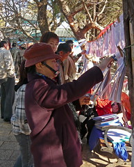 An Old Lady with Chinglasses Going the Whole Hog (Wolfgang Bazer) Tags: kinnbrille chinglasses nägel mit köpfen matchmaking heiratsvermittlung 婚姻介绍 green lake park 翠湖公园 kunming yunnan china