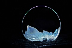 frostige Seifenblase bei Nacht (Uli He - Fotofee) Tags: ulrike ulrikehe uli ulihe ulrikehergert hergert nikon nikond90 fotofee seifenblase gefroren winter eisig temperaturen eisigetemperaturen kalt soap bubble