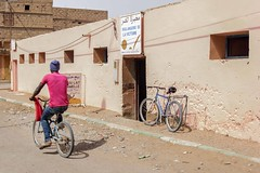IMGP7594 (petercan2008) Tags: calle street m´hamid marruecos marocco africa bicicleta hombre bycicle man adobe