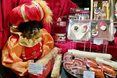 St Nicholas goodies at the bakery (Michiel2005) Tags: zwartepiet banketbakkerij bakery snoepgoed snoep taart cake etalage nederland netherlands holland amsterdam sinterklaas sintnicolaas stnicholas