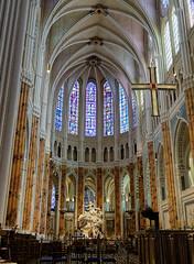 A l'intérieur de la cathédrale de Chartres (Livith Muse) Tags: cathédrale chartres centre france fra croix vitrail arche statue panasonic20mmf17ii lumixg20f17ii 20mm panasonic lumix gx7