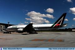 Alitalia - EI-ISO (Aviacaobrasil) Tags: alitalia sãopaulogruairport boeing777200er alexandrebarros