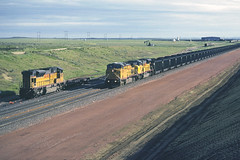 rr10436 (George Hamlin) Tags: wyoming bill railroad freight train unit coal union pacific loads general electric diesel locomotive c44ac up 6789 southbound sky grassland photo decor george hamlin photography