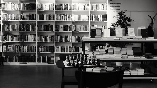 Paradise for a Thinker #fujifilm #X100F #fujilove #fujifilmru #fujifeed #chess  #reading #shop #thinking #publicplace #ACROS #blackandwhite #books #interior