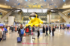 2018 Doha, Hamad International Airport. Main Lobby With The Giant Lamp Bear. (Wing Yau Au Yeong) Tags: airhub airtravel airtravelhub airport arrival attraction center centrallobby crowd crowded departure doha dutyfree giant giantbear giantlampbear giantteddybear hamadinternationalairport interior internationalairport lampbear layover lobby mainlobby middleeast millingabout millingaround movingabout movingaround passengers qatar shopping statue teddybear touristattraction transit transitarea transithub transitlobby transiting travel travelattraction travelhub traveler travelers travelling yellow yellowbear yellowteddybear qa