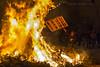 Avivando el fuego/Light my fire (Guervós) Tags: hogueras fuego fire lumbres sanantón úbeda jaén españa spain feuer feu fuoco folcklore tradición tradition andalucía jaen andalusia espagne spanien spagna 西班牙 espanya स्पेन ہسپانیہ espaniaespanha