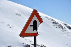 Mezze precedenze! (Maurizio Belisario) Tags: segnalestradale montagna mountain terminillo colore rosso neve snow confluenza rottura broken sign roadsign segnale inverno winter