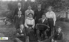 tm_1853 (Tidaholms Museum) Tags: svartvit positiv gruppfoto människor dragspel musikinstrument