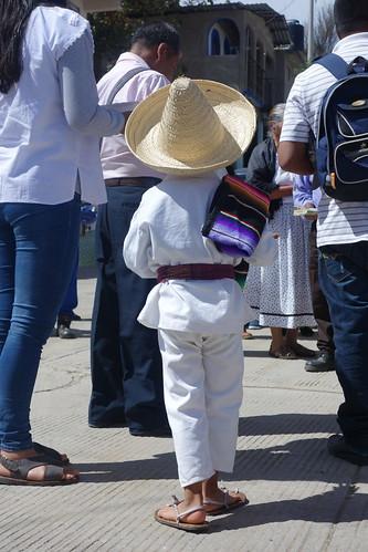 Le petit Nicolas en tenue de fête traditionnelle