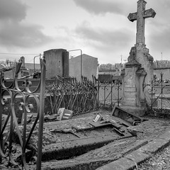 """Chaos"". Bergerac's cemetery, 2017 (Furlan Eric) Tags: beauferrier monochrom bergerac cimetery tomb blackandwhite"