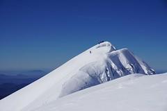 Llegando a la cima (jaecheve) Tags: bisaurin pirineo pirineos pyrenees huesca aragon españa spain montaña cima montañero nieve snow cielo sky mountain