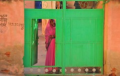 India- Rajasthan- Dundlod (venturidonatella) Tags: india asia rajasthan dundlod colori colors gate cancello verde green portrait ritratto people persone gentes donna woman emozioni street streetportrait nikon d300 nikond300