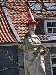 New fashion style (diarnst) Tags: denkmal pylon red statue classic monument hut hat