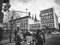 [Maus] (Sybil.J) Tags: köln cologne city street stadt rheinland nrw maus wdr leute ampel people dom cathedral traffic lights mouse schwarz weis black white unterwegs