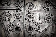 La puerta (Helena de Riquer) Tags: porta puerta door porte iglesiadenuestraseñoradelosángeles esglésiadelamarededéudelsangels llívia llivia provinciadegirona herrajes texturas monocromo ferratges cerdanya ceretania baixacerdanya cerdaña blancinegre blancoynegro blackandwhite blancetnoir biancoenero bw monochrome flickr helenaderiquer textures sony sonydsch20 carlzeiss catalunya cataluña catalonia catalogne
