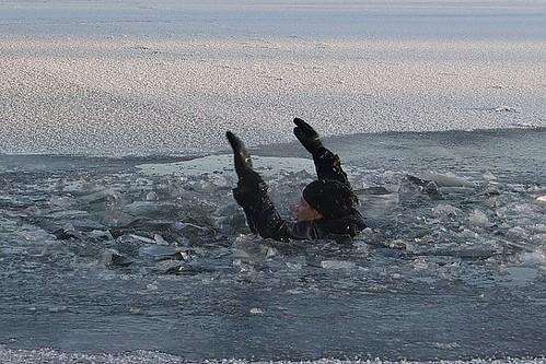 В Таганрогском заливе под лед провалился мужчина